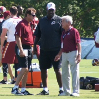 Former Redskins quarerback Joe Theismann talks to Doug Williams and Jim Gruden. Photo by Jake Russell.
