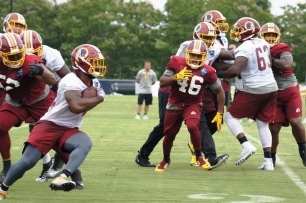Linebacker Nico Marley attempts to chase down running back Samaje Perine. (Photo by Jake Russell)