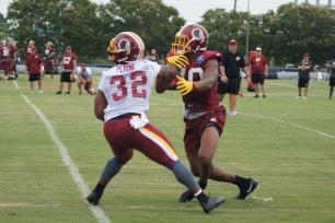 Running back Samaje Perine battles linebacker Joshua Harvey-Clemons to make the catch. (Photo by Jake Russell)